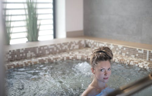 Er jacuzzi synonym for spa?